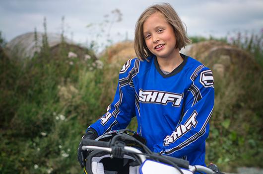 Linda Johansen (8) synes det er moro å kjøre motocross.